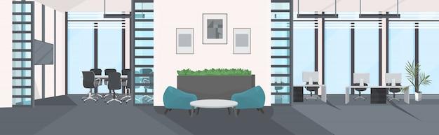 Стильный центр совместной работы рабочее место с монитором компьютера в офисе современный интерьер кабинета пусто нет людей рабочее пространство комната с мебелью плоская горизонтальная