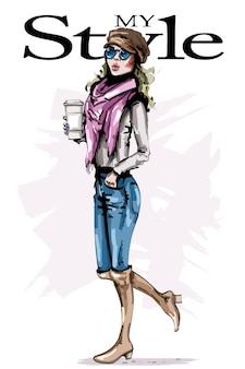커피 컵을 들고 모자에 세련 된 소녀입니다.