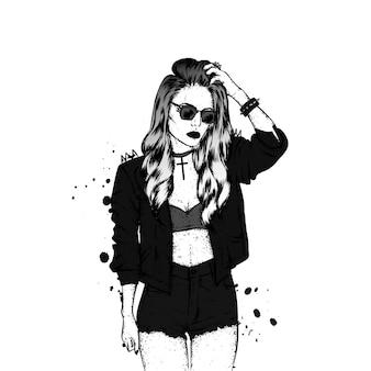 Стильная девушка в шортах и куртке.