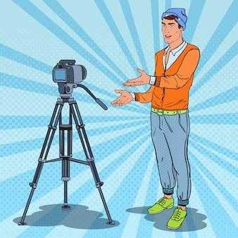 Стильный парень, видеоблогер, записывающий видео