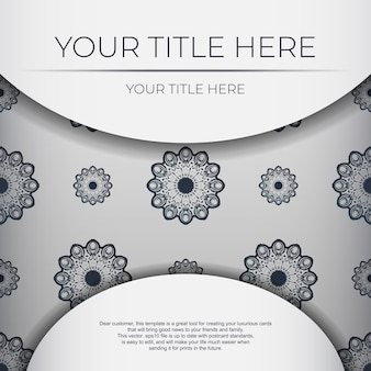 짙은 파란색 빈티지 패턴이 있는 흰색의 세련된 기성 인쇄 엽서 디자인. 그리스 장식으로 초대 카드 템플릿입니다.