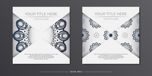 진한 파란색 빈티지 장식품이 있는 세련된 즉시 인쇄 가능한 흰색 엽서 디자인. 그리스 패턴으로 초대 카드 템플릿입니다.