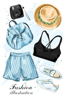 모자, 반바지, 크롭 탑, 신발, 배낭 및 사진 카메라가 포함 된 세련된 여름 의류 세트.