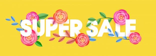 Стильный текст супер продажи украшены красивыми цветами на желтом фоне. веб-баннер