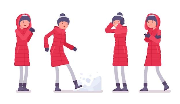 長い赤いダウンジャケットの否定的な感情のスタイリッシュな女性