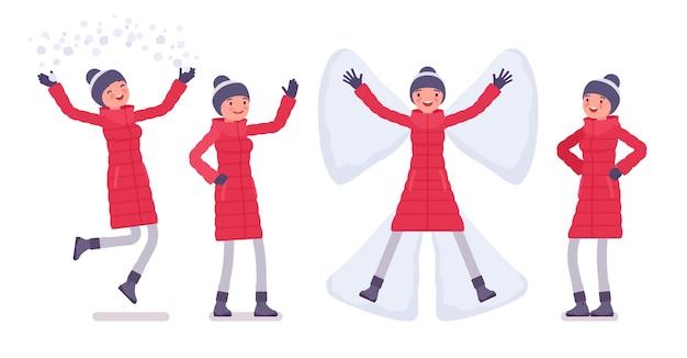 長い赤いダウンジャケットのポジティブな感情のスタイリッシュな女性