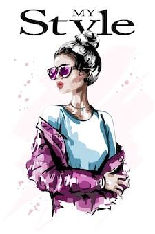 Стильная женщина с пучком волос и солнцезащитными очками
