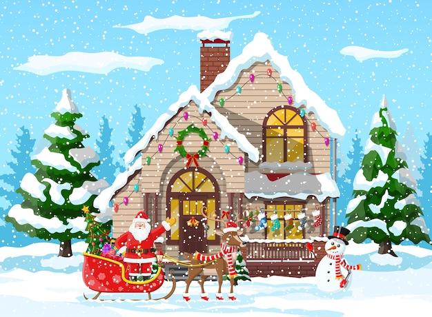 郊外の家は雪をカバーしました。休日の飾りの建物。クリスマス風景ツリー、雪だるま、サンタそりトナカイ。正月飾り。メリークリスマスの休日のクリスマスのお祝い。図