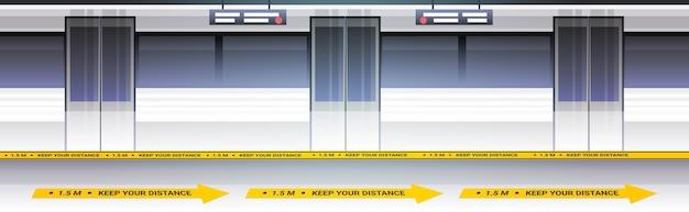 Поезд метро на платформе с знаками для социального дистанцирования концепция мер защиты от эпидемии коронавируса горизонтальная