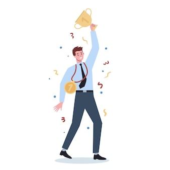 Успешный деловой человек. победа в соревновании. получение награды или приза за достижение. цель, вдохновение, трудолюбие и результат. человек с золотой чашкой трофея.