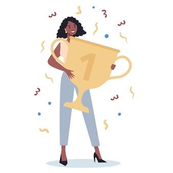 ビジネスウーマンを成功させる。競争に勝つ。達成に対する報酬または賞品を取得する。目標、インスピレーション、ハードワークと結果。黄金のトロフィーカップを持っている人。
