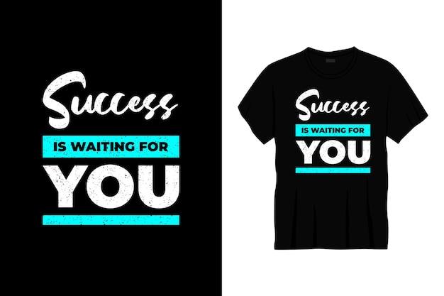 成功はあなたを待っていますタイポグラフィtシャツのデザイン