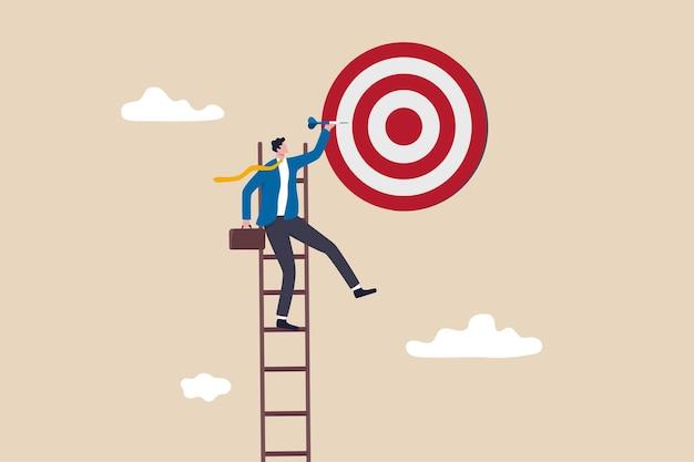 성공 사다리, 목표, 비즈니스 목표 또는 작업 목적을 달성하려는 열망, 완벽 개념을 목표로 하는 사업가, 사업가는 완벽한 불스아이 목표 다트판을 목표로 하늘 높이 사다리를 올라갑니다.