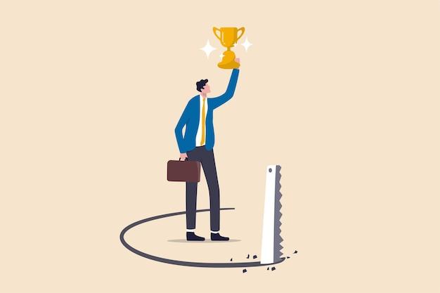 성공 함정, 경력 또는 비즈니스 거래 개념의 배신 문제, 성공 사업가 아래에서 바닥을 톱질 경쟁자와 수상 경력에 빛나는 트로피 컵을 들고.