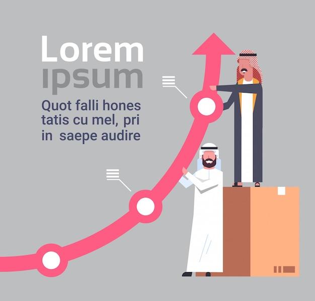 Успешные арабские бизнесмены держат растущую финансовую концепцию успеха и совместной работы arrow