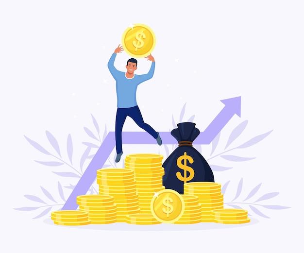 コイン、お金の袋のスタックの上に喜びのためにジャンプする成功した実業家。収益性の高い投資、資金調達。男は成功した取引を祝います。株式市場の収入。ダイアグラム、グラフの成長