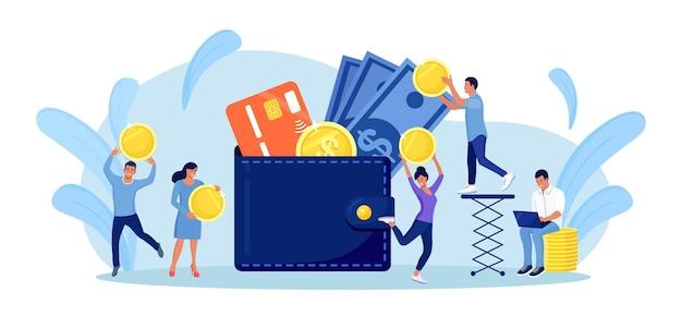 돈, 신용 카드 또는 직불 카드로 가득 찬 큰 지갑을 가진 성공적인 사람들. 지갑에 동전을 넣는 사람. 투자, 수익금. 자본과 이익을 늘리는 사업가들. 부와 저축
