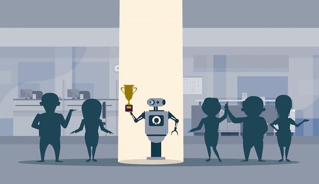 Робот successul, стоящий в лучах света, держа обладателя золотого кубка, концепт искусственного интеллекта