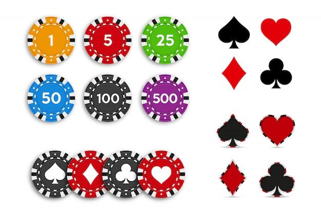 Костюм колода игральных карт и набор фишек для покера, изолированные на белом фоне.