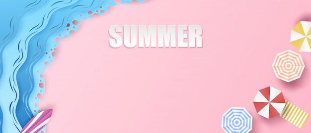 여름 배경입니다. 해변 개념에 여름 여행과 휴식. 평면도 해변, 우산, 서핑 보드 디자인