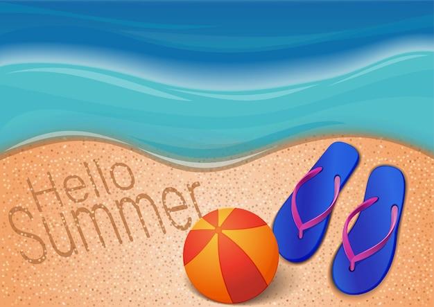 Летний фон с морем, пляжем, мячом, шлепками и надписью на песке. привет лето. дизайн для летнего сезона. иллюстрация