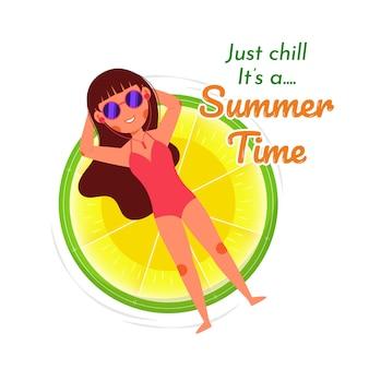 Лето пляж девушка расслабляющий лимонное кольцо
