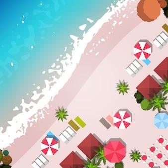 夏のビーチの休暇トップアングルビュー砂のカラフルな傘熱帯のビーチの休日