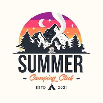 산 일러스트 로고가 있는 여름 캠프 모험