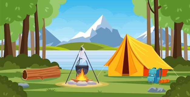 焚き火、テント、バックパック、ランタンのある森のサマーキャンプ。