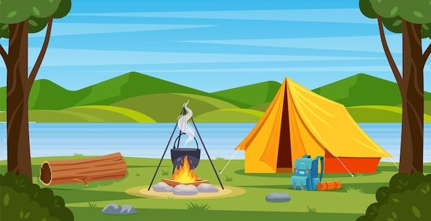 모닥불, 텐트, 배낭 숲에서 여름 캠프.