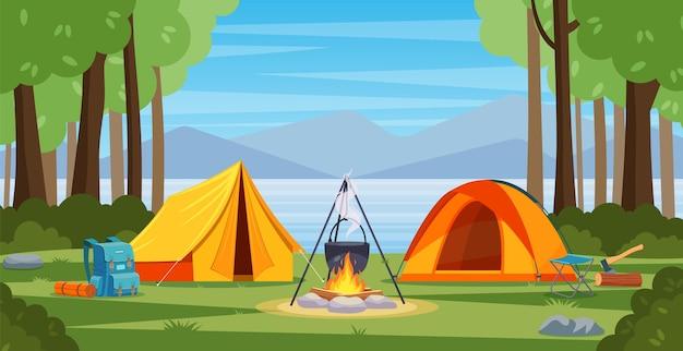 모닥불, 텐트, 배낭이 있는 숲 속의 여름 캠프.