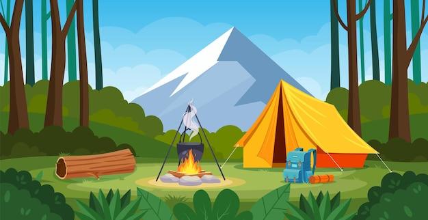 모닥불, 텐트, 배낭이 있는 숲 속의 여름 캠프