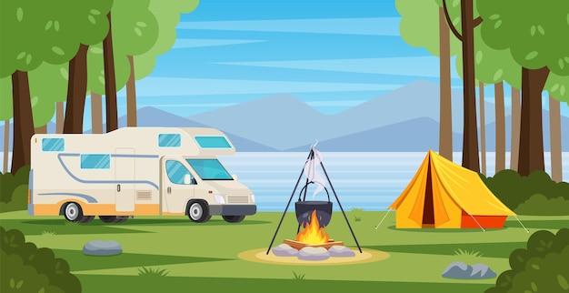모닥불, 텐트, 밴, 배낭과 함께 숲에서 여름 캠프.