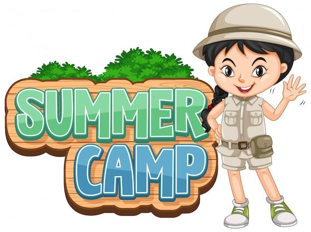 Segno del campeggio estivo con ciao d'ondeggiamento della ragazza