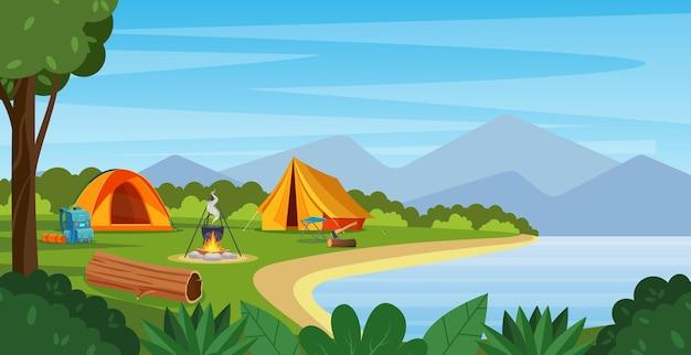 모닥불, 텐트, 배낭이 있는 여름 캠프