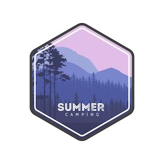 サマーキャンプレーベル。山と森での家族旅行のハイキング。針葉樹のパノラマ。観光旅行バナー