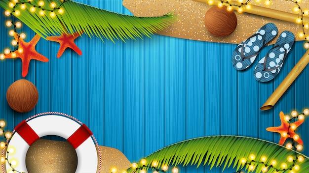 夏の要素と青い木の板、トップビューでビーチアクセサリー。夏の割引のための空のバナー。夏のグラフィックテンプレートの背景