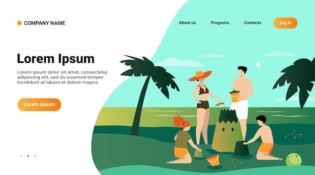 夏の家族活動のコンセプト。子供、ママとパパがビーチで砂の城を作る