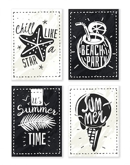Летние каникулы мелом набор плакатов. набор из четырех вертикальных плакатов летних лозунгов с мелом на грифельной доске силуэтов пляжных объектов со словами черно-белый стиль битник