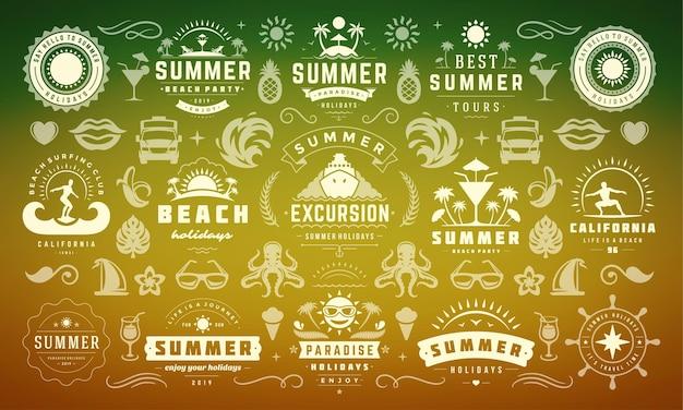 Летние каникулы этикетки и значки дизайн набор ретро типографии для плакатов и футболок. значки солнца, пляжный отдых и тропический остров с элементами пальм.