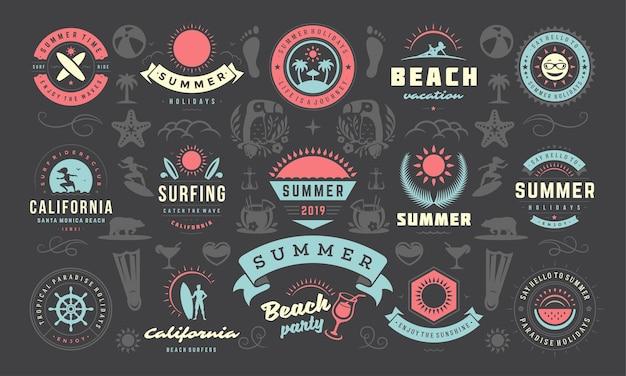 夏休みのラベルとバッジのデザインは、ポスターやtシャツのレトロなタイポグラフィを設定します。太陽のアイコン、ビーチでの休暇、ヤシの木の要素を持つ熱帯の島。