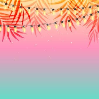 ヤシの葉と黄色のガーランドランプ電球と夏の休日の夕日。図