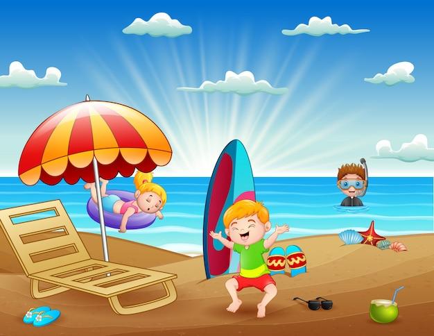 아이들이 해변에서 재미와 함께 여름 휴가