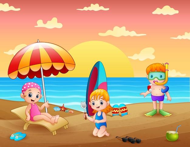 열 대 해변에서 아이들과 함께 여름 휴가