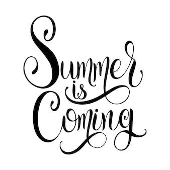 夏がレタリングに来ています。招待状、ポスター、グリーティングカードの要素。季節のご挨拶