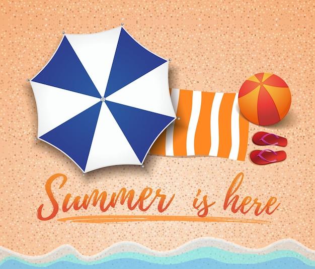 夏はここにバナーです。海のビーチ、ステップイン、タオル、大きなインフレータブルボールの上面図。