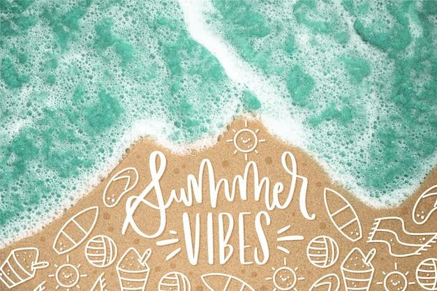 Летняя надпись с пляжем и волнами