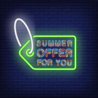 당신을위한 여름 제공 네온 사인. 녹색 태그 윤곽선 안에 화려한 텍스트입니다. 밤 밝은 광고
