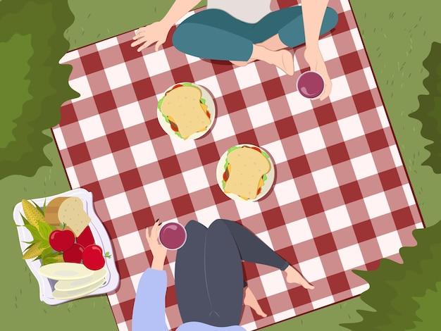 人との夏のピクニックと食べ物のバスケット