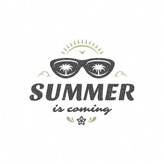 Летнюю цитату или поговорку можно использовать для футболки, кружки, поздравительной открытки, фото наложений, декоративных принтов и постеров. лето приближается сообщение, векторные иллюстрации.